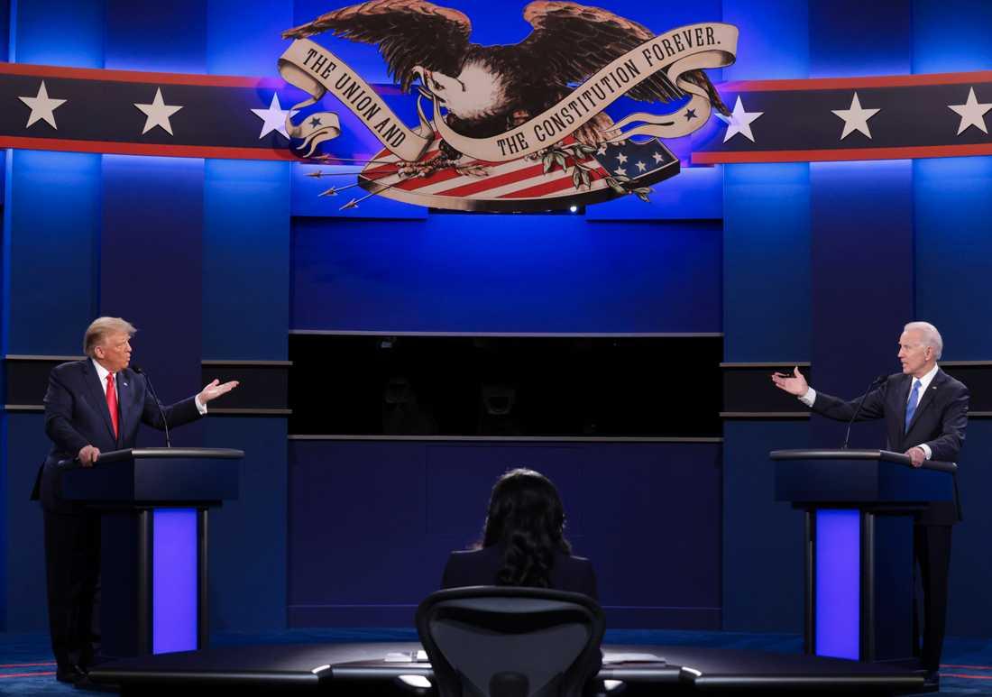 USA:s president Donald Trump och Demokraternas presidentkandidat Joe Biden på scenen i Nashville, Tennessee.
