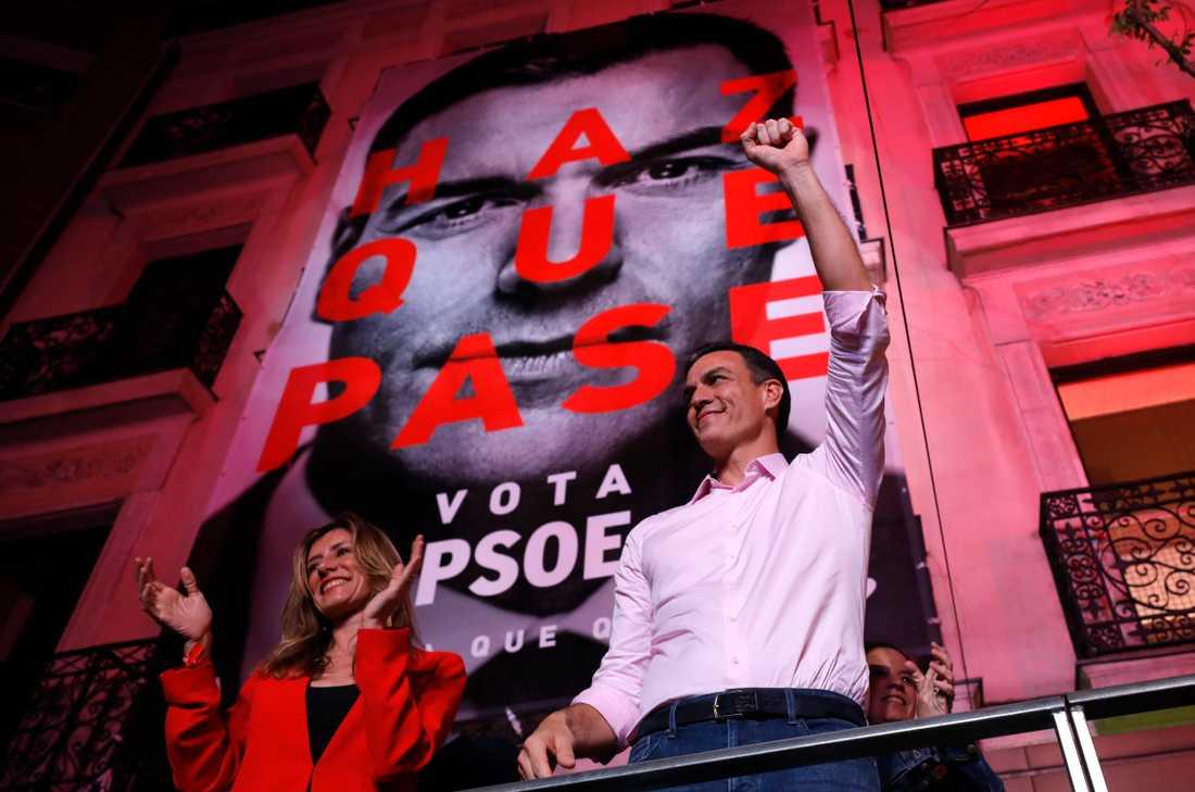 Spaniens premiärminister Pedro Sánchez pratar till sina anhängare efter valsegern.