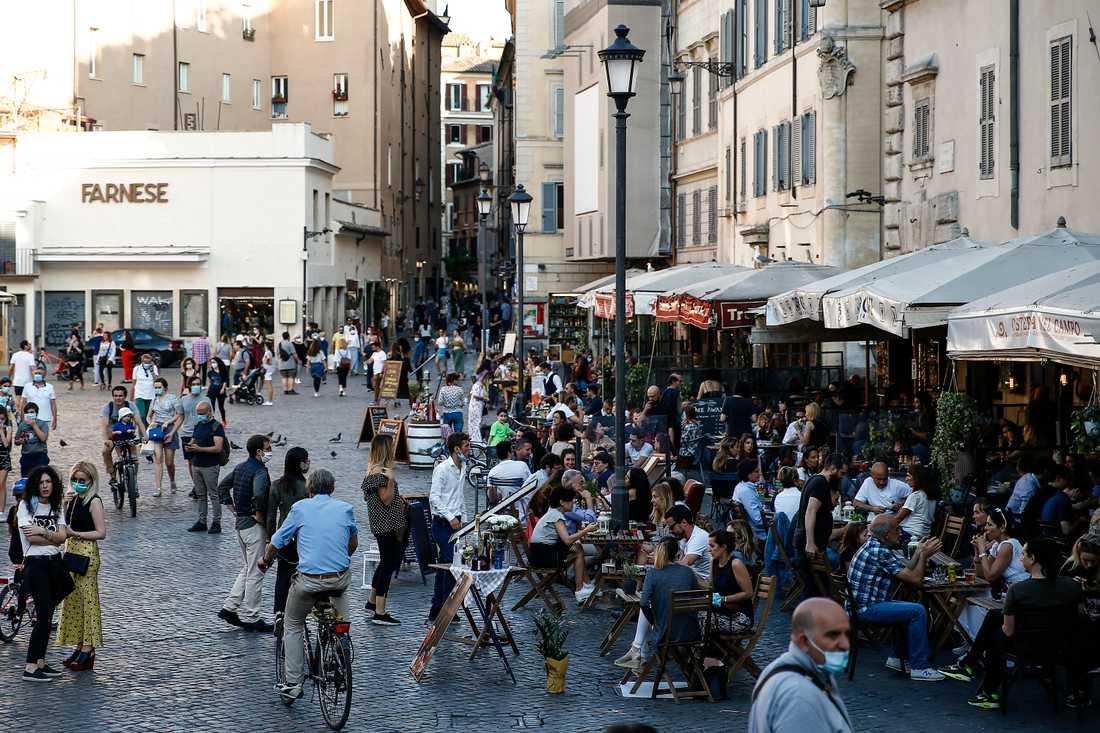 Italienare på ett torg i centrala Rom i söndags.