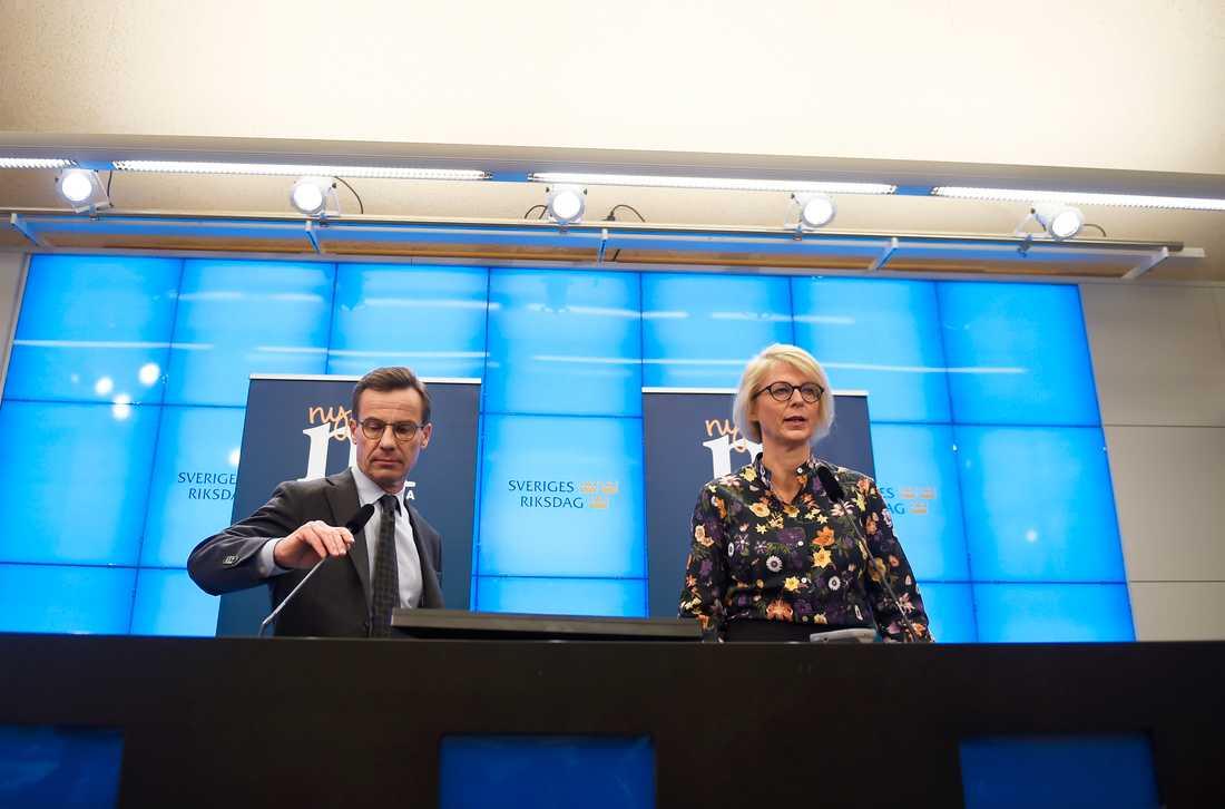 Moderaternas partiledare Ulf Kristersson och ekonomisk-politiska talesperson Elisabeth Svantesson presenterar partiets budgetmotion.