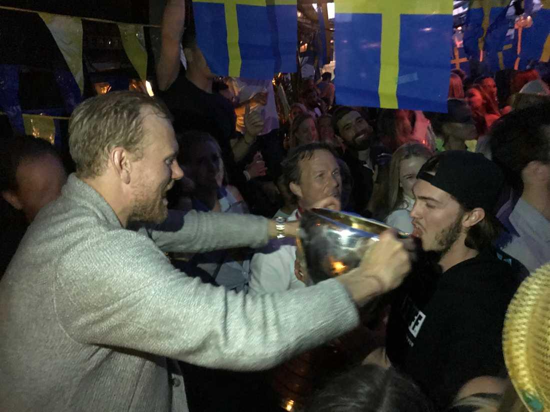 Patric Hörnqvist hjälper Dennis Everberg att släcka törsten.