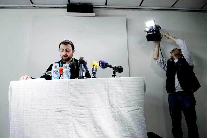 dominobrickanI går höll Omar Mustafa en presskonferens. Han sa då att han inte längre ser sig själv som socialdemokrat. Petningen av honom har nu skapat en spricka inom S och satt bland andra Löfven och Palm under press.