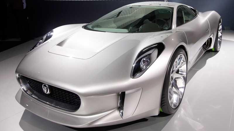 Jaguar presenterar den futuristiska konceptbilen C-X75. Under de mjuka och svepande linjerna finns fyra elmotorer, en vid varje hjul, som utveck195 hästar var. Med hjälp av dem klarar bilen 0-100 km/t på 3,4 sekunder. Lithiumjon-batterierna ger en räckvidd på drygt 10 mil. Tar batterierna slut har bilen två gasturbiner kan ladda batterierna och ge ytterligare 80 mil räckvidd. C-X75 har totalt 780 hästkrafter. Foto: Reuters