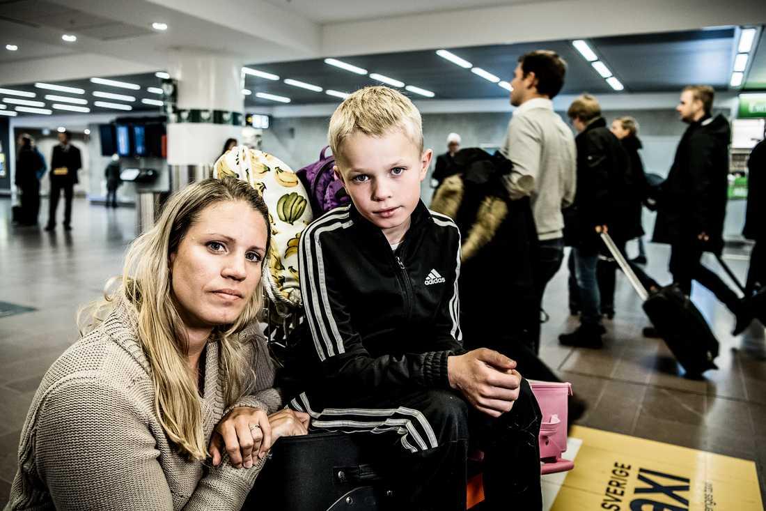 Erika Helin med sonen Noel som fick denguefeber i Koh Lanta, Thailand.