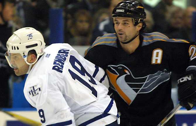I Toronto. Renberg var inte bortglömd i NHL. Inför säsongen 2001 värvades han över till Toronto där han blev kvar i tre säsonger.