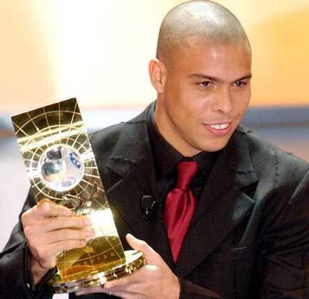 VM-kungen Ronaldo belönades också med pris som världens bästa fotbollsspelare år 2002.