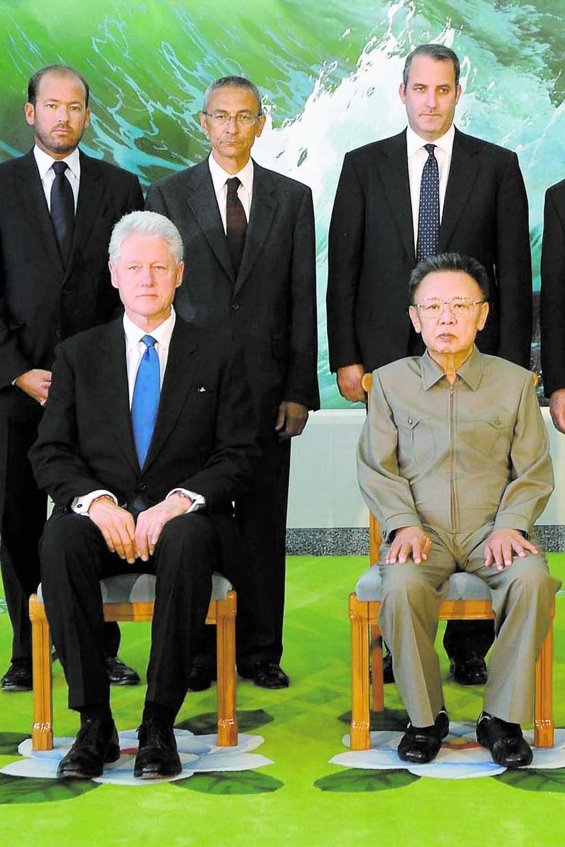 Bad om ursäkt Bill Clinton bad Kim Jong Il om ursäkt för journalisternas handlingar. Därefter var saken utagerad och Laura Ling och Euna Lee benådades.