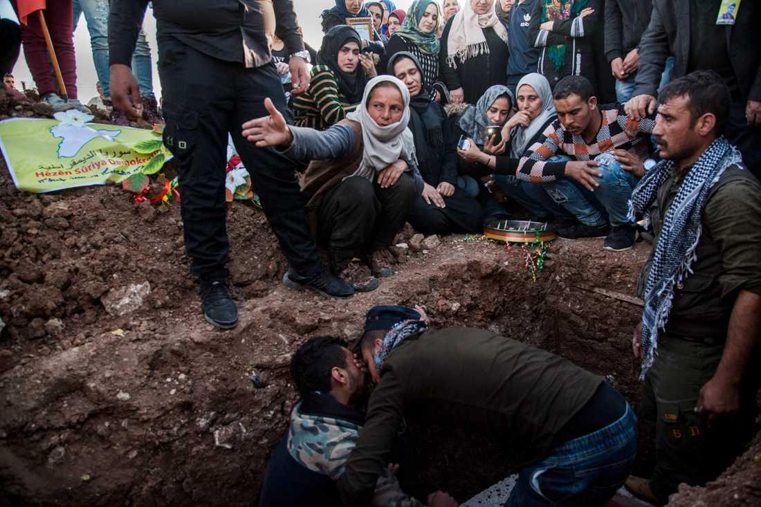 Begravning för en soldat i SDF-styrkan som stupat i strid mot IS-anhängare i östra Syrien i mars. Arkivbild.