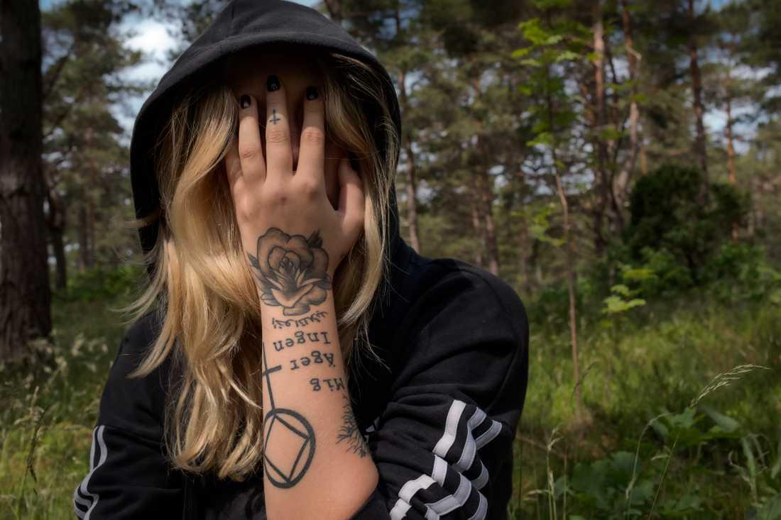 Linnéa utsattes för sexuella övergrepp som barn. Som 12-åring testade hon droger för första gången.