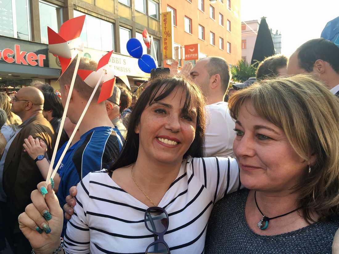 FPÖ-supportrar Manuela och Silvi tycker båda att Hofer är super.
