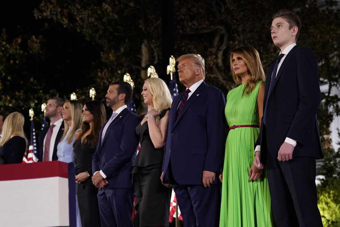 """Trump-klanen samlad på Republikanernas partikonvent. Donald Trump utmålades som """"väserländska civilisationens livvakt"""" i motsats till Joe Biden."""