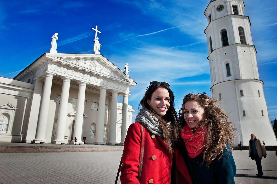 Ena Bašic och från Sarajevo och Merna Zohdy från Kairo njuter av Katedraltorget – deras favoritplats i sin tillfälliga hemstad.