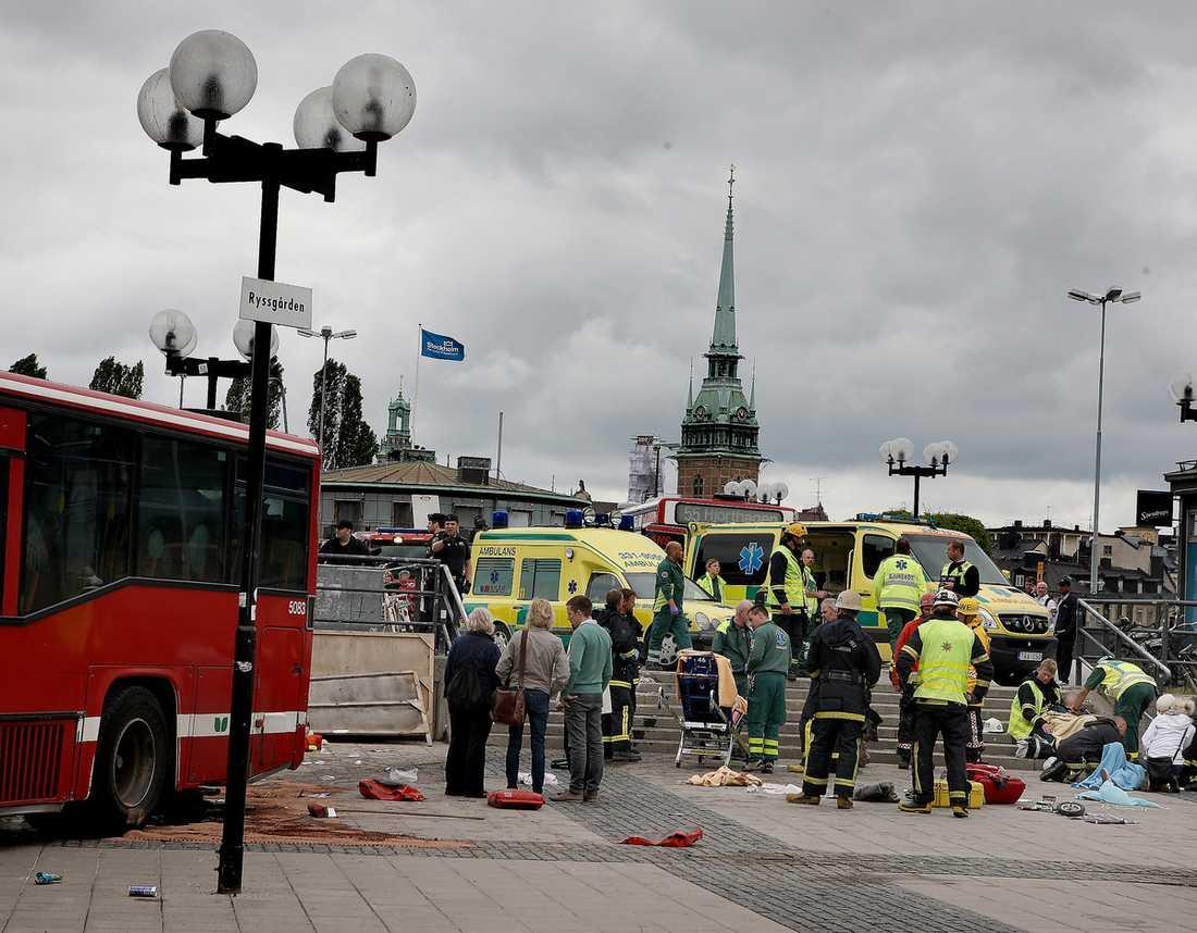 """SKRÄCKSCENARIO  Den kvinnliga busschauffören är mycket tagen av olyckan som inträffade vid Slussen i Stockholm i lördags. """"Jag ser bara hur jag mejar ner människor framför mig. Jag tror att de ligger döda"""", säger chauffören genom sin dotter."""