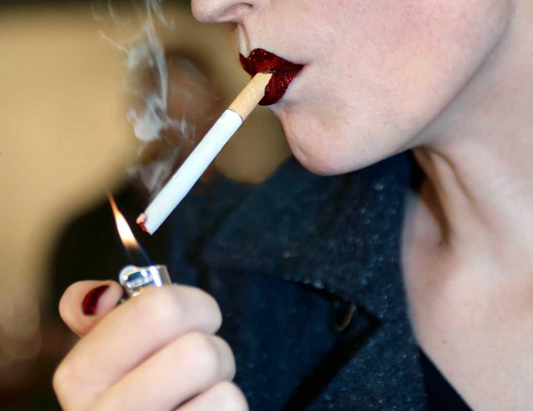 I somras blev det förbjudet att röka på fler platser i Sverige. Arkivbild.