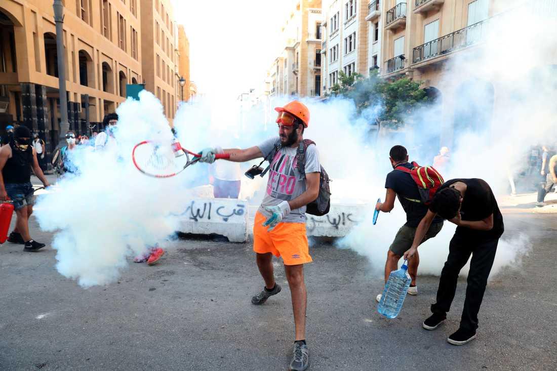 Kring parlamentsbyggnaden i Beirut rasar på måndagen gatustrider för tredje dagen i rad.