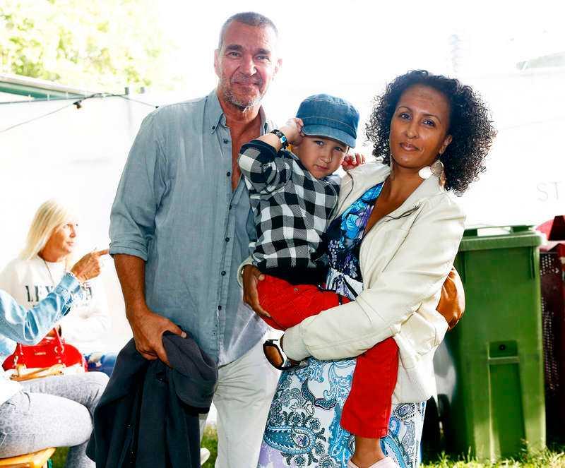 Skådespelaren Kjell Bergqvist, 59, besökte den soliga regnbågsfestivalen tillsammans med sin fru Karin, 41, och deras son Leo, 5.– Vi tycker att det är jättekul med Pride, säger Kjell.