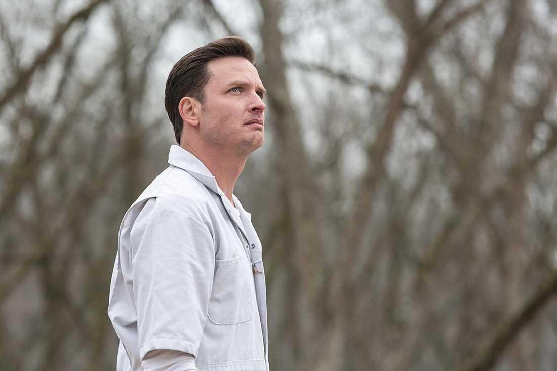 Aden Young som dödsdömde fången Daniel Holden.