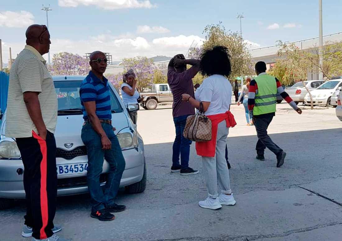 Anhöriga på flygplatsen i Addis Abeba.
