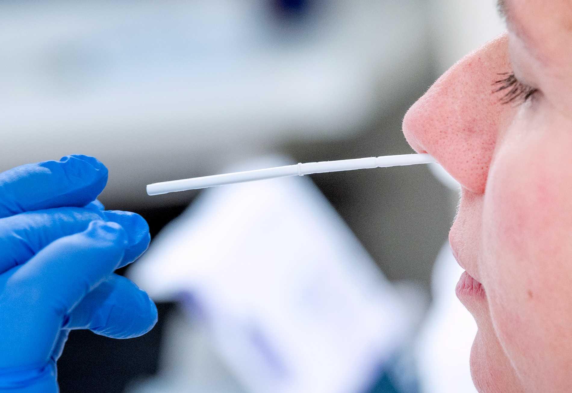 En person testas för covid-19 vid Skånes Universitetssjukhus i Lund. Arkivbild.
