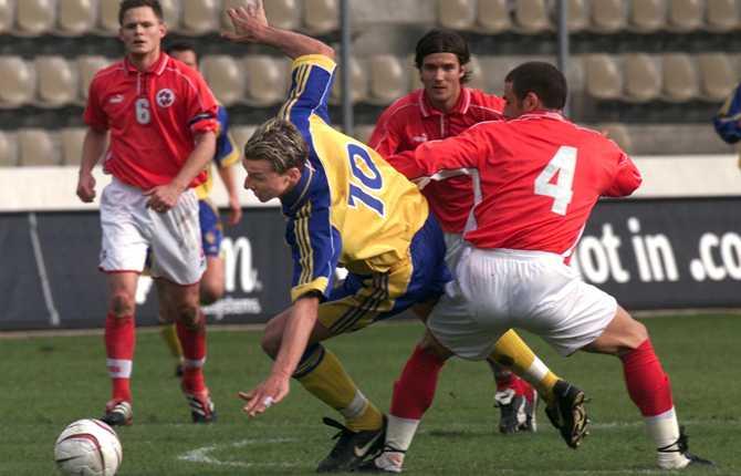 Zlatan leker med schweizarna i sin landslagsdebut 25 april 2001. Sverige vann med 2-0 efter två mål av Anders Svensson. Zlatan spelade första halvlek för att sedan bli utbytt mot Marcus Allbäck.