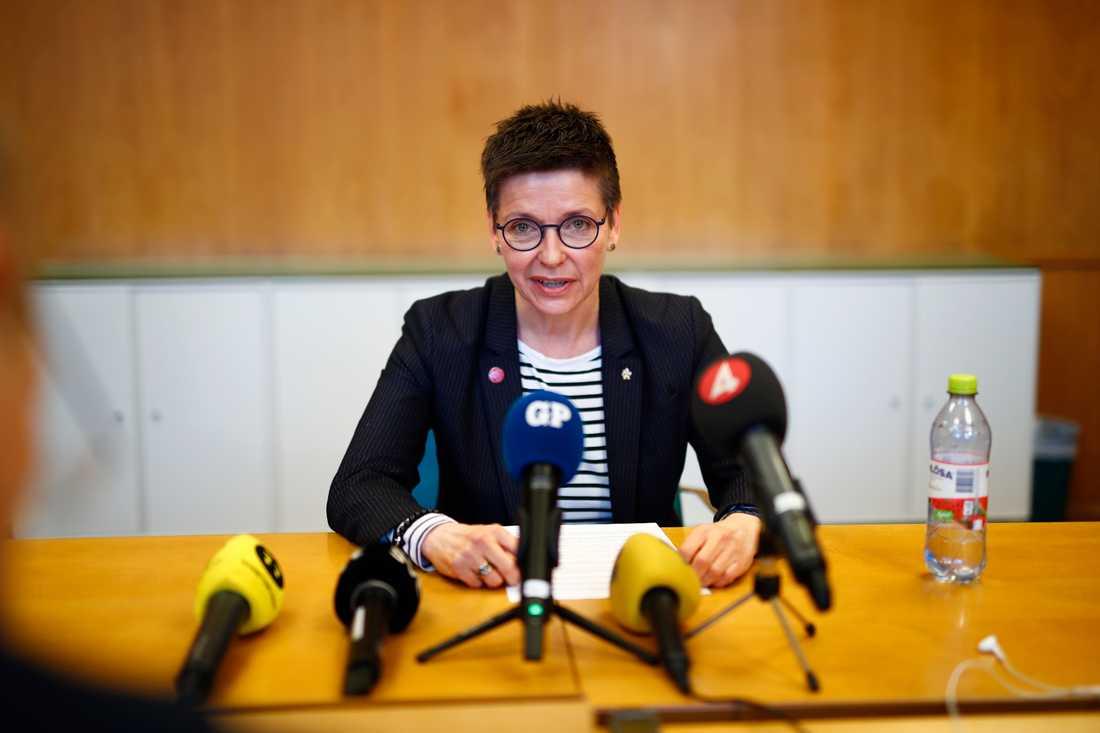 """Ann-Sofie Hermansson (S) höll presskonferens i Göteborgs rådhus efter distriktsstyrelsens krav på att hon ska lämna sin post som gruppledare för Socialdemokraterna i kommunfullmäktige. """"Jag ser inga skäl för att avgå för att en mindre krets i styrelsen tycker det"""", säger Hermansson."""