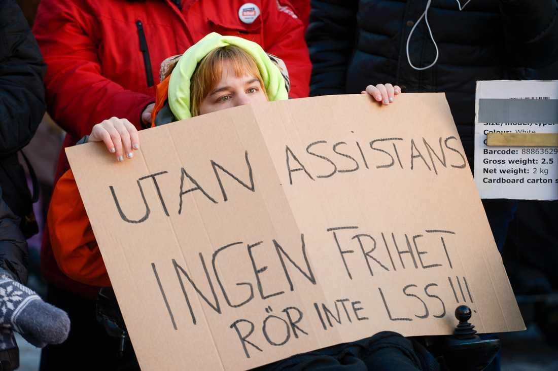 Debatten har varit intensiv om villkoren för och skärpningar av reglerna för personlig assistans för funktionshindrade under senare år, här vid en demonstration i Stockholm i december 2016. Arkivbild.