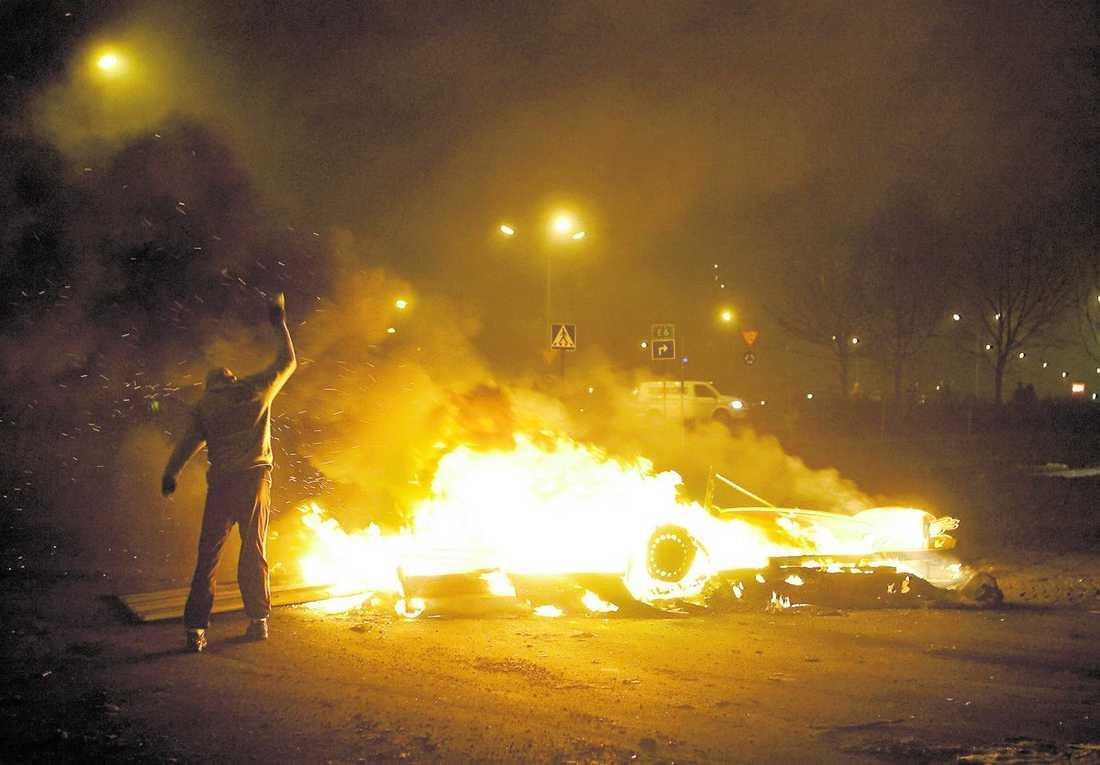 TVINGADES FLy Polisen gjorde utfall mot ungdomar men möttes av stenar och hemmagjorda bomber och tvingades retirera.