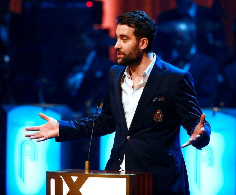 Sissela Kyles gäst på scenen - KFUM-profilen Dario Idzakovic från Malmö - blev utbuad av en oidentifierad man i publiken.