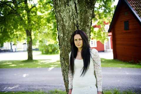 """""""HOPPLÖS FALL"""" 21-åriga Sanna slussas nu ut från rättspsyk i Säter. På avdelningen där hon bodde i ett år var de flesta patienterna män dömda för grova brott. """"Uppsala ville inte ha mig, jag var ett hopplöst fall för dem."""""""