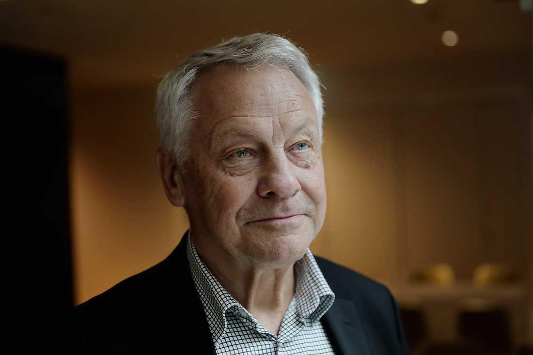 Bengt Westerberg, tidigare socialminister, är kritiskt till regeringens förslag att minska antalet assistanstimmar för funktionshindrade, vilket han bedömer kommer att leda till ökat ansvar för anhöriga.