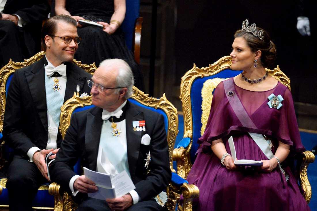 Prins Daniel, kung Carl Gustaf och kronprinsessan Victoria  vid nobelprisutdelningen i Konserthuset i Stockholm på torsdagen.