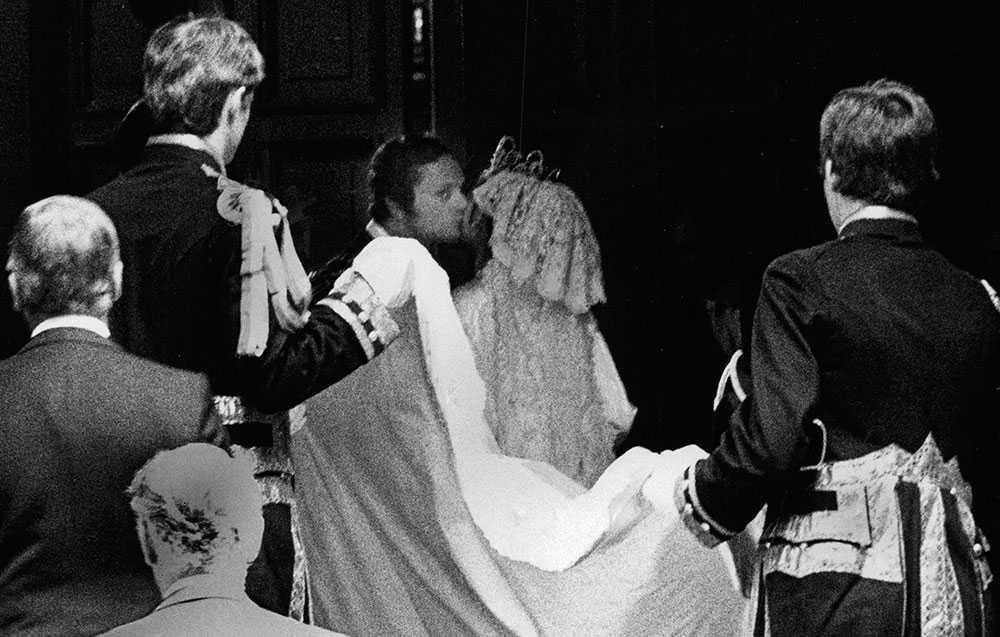 国王在婚礼上潜入军械库中的一个吻。 这是多年来所有被卡在图片中的唯一吻。