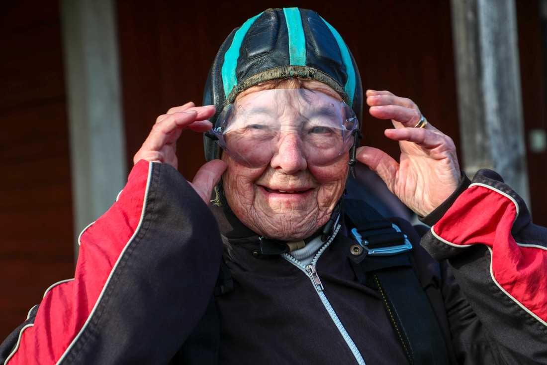 Ruth Larsson förbereder sig inför sitt första fallskärmshopp på Skärstad flygfält strax utanför Motala.