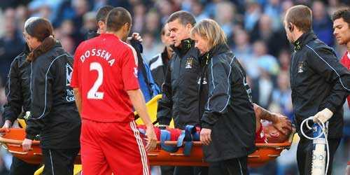 Liverpools Martin Skrtel bärs ut på bår.