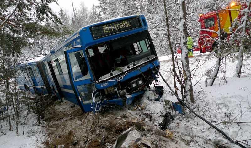 En buss bärgas vid Myrstugeberget söder om Stockholm efter en olycka med en personbil tidigt på fredagsmorgonen.