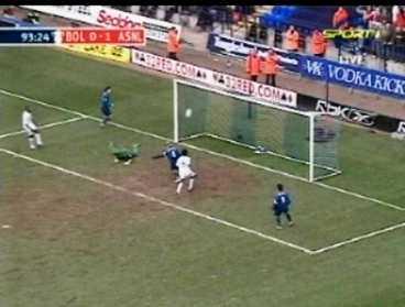 """3. var tog målet vägen? Öppet mål, Boltons målvakt ligger flera meter från honom, trots det lyckas Fredrik Ljungberg skjuta över. """"Jag vet inte vad som hände"""", säger han. Ingen annan heller."""