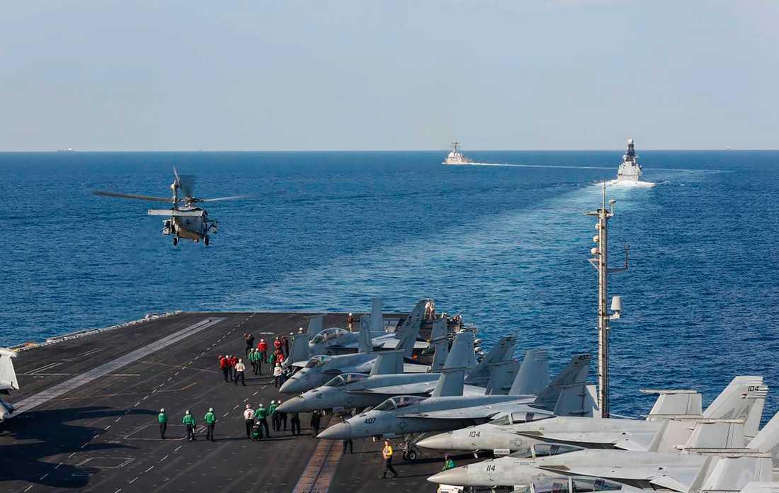 En helikopter lyfter från det amerikanska hangarfartyget USS Abraham Lincoln i Hormuzsundet.