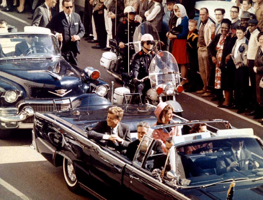 John F. Kennedy, Jaqueline Kennedy och Texas guvernör John Connally några ögonblick innan skotten.