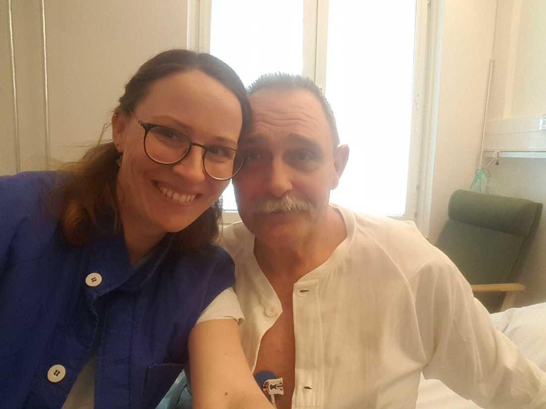 Mikael Blomqvist tillsammans med Elin Asplund på sjukhuset två dagar efter hjärtstoppet.