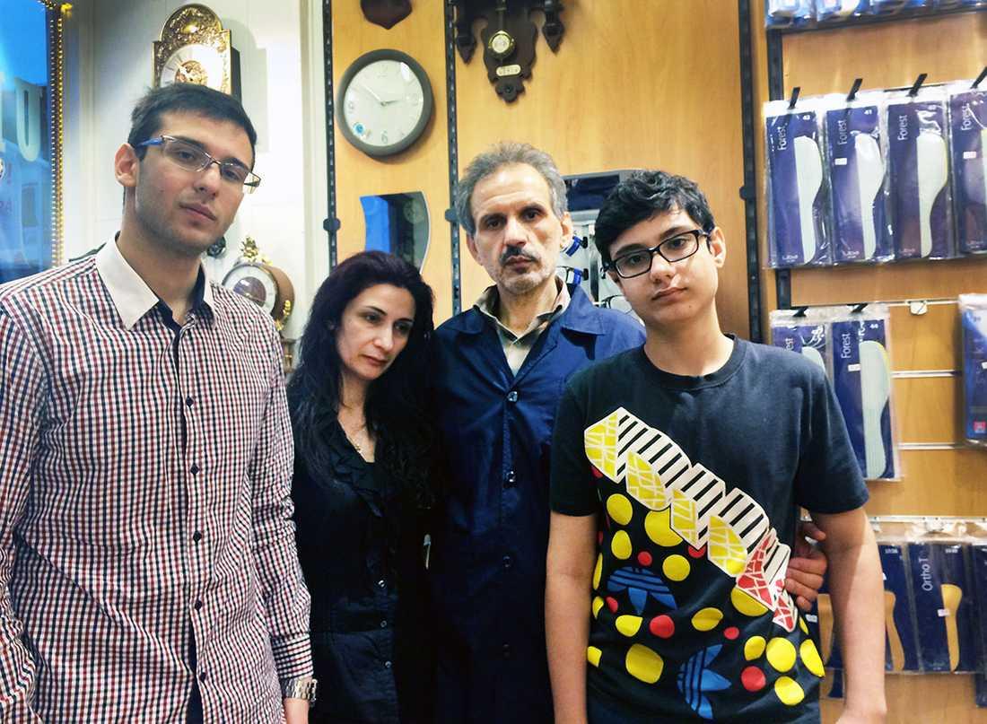 Hesam, Shahla, Mehdi och Sina Ahmadi i butiken där Mehdi arbetar i dag.