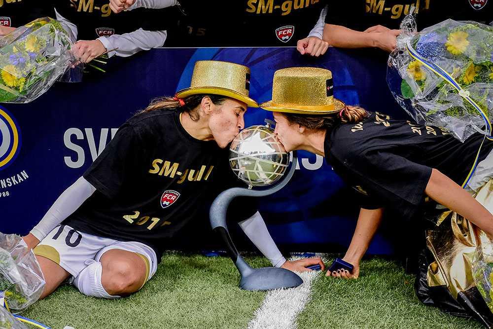 Marta Viera Da Silva och Kirsten Van De Ven kysser pokalen