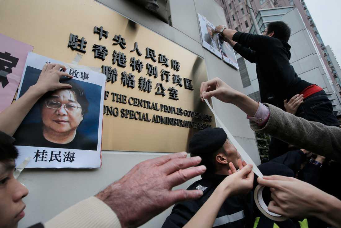 Demonstranter i Hongkong satte upp bilder på Gui Minhai 2016 utanför en myndighetsbyggnad i Hongkong.
