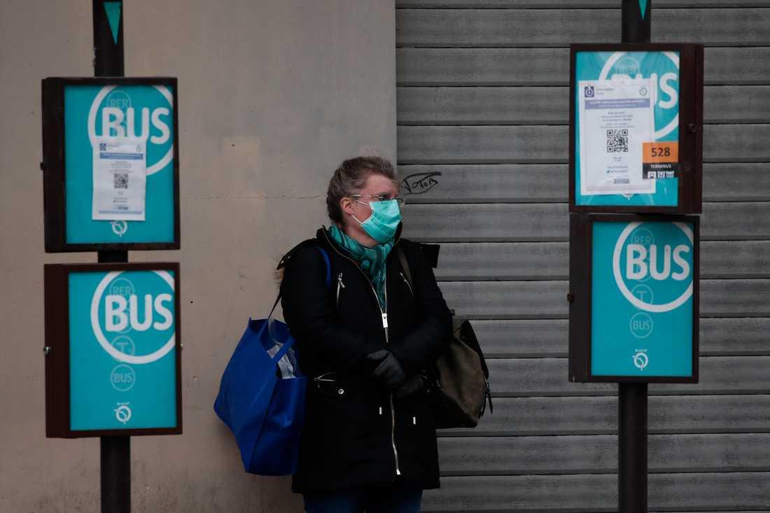 Munskydd är obligatoriskt på franska bussar. En bussförare har blivit illa misshandlad för att han ville hindra folk att gå på bussen utan munskydd. Arkivbild.