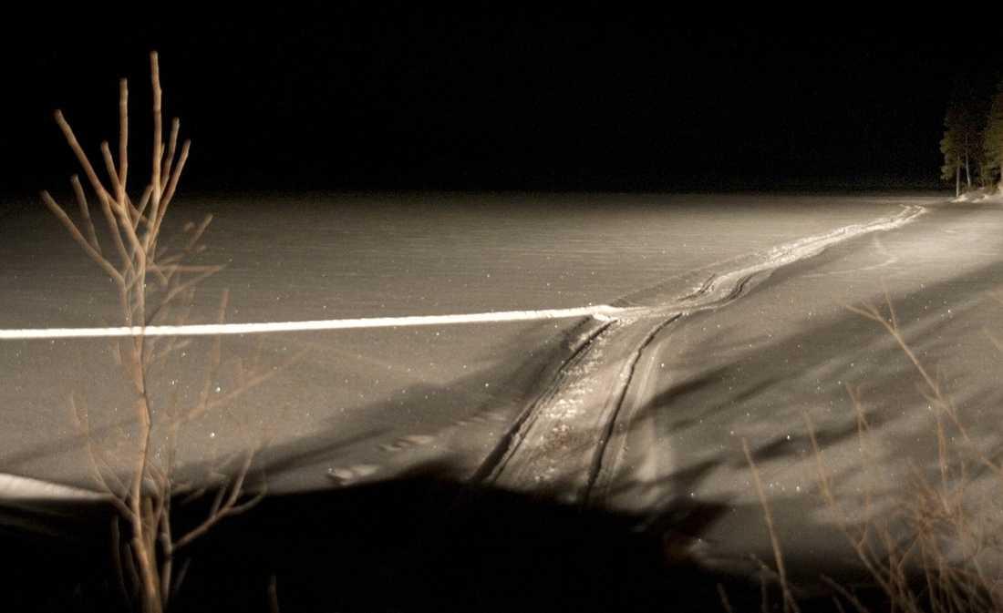 HITTADES I VAKEN Skoterspår löper över en av de sjöar 83-åringen skulle passera på vägen till sin dotter. Enligt närboende kommer de sannolikt från räddningstjänsten.