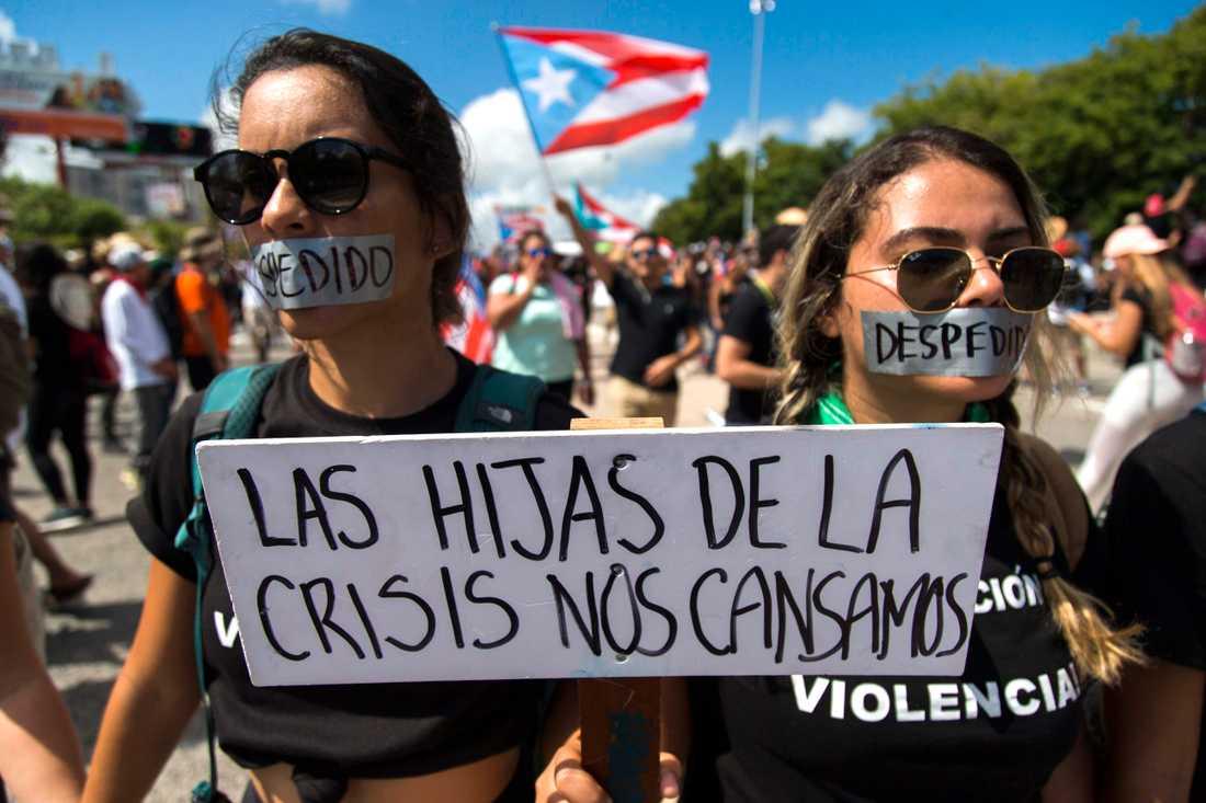 """""""Krisens döttrar har tröttnat"""", lyder ett plakat bland demonstranterna i Puerto Ricos huvudstad San Juan."""