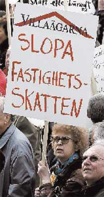 Omstridd skatt: Protester mot fastighetsskatten på Mynttorget i Stockholm 2005.