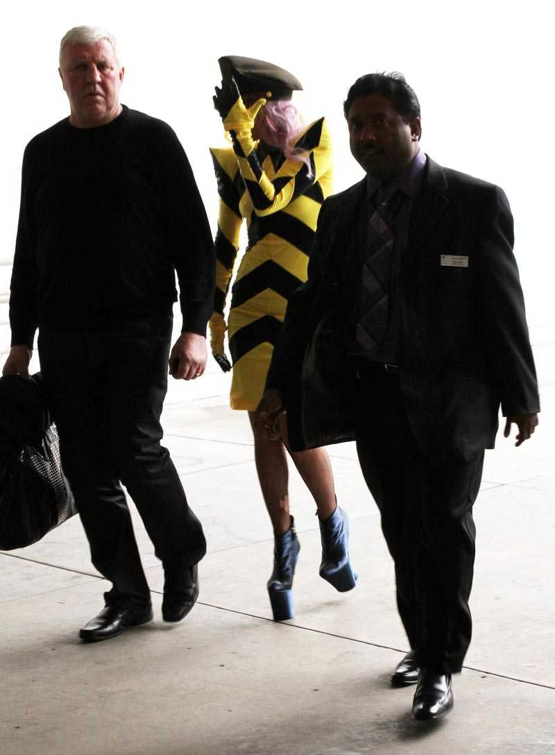 Gaga försöker gömma sig – i sin svart-gul-randiga outfit.
