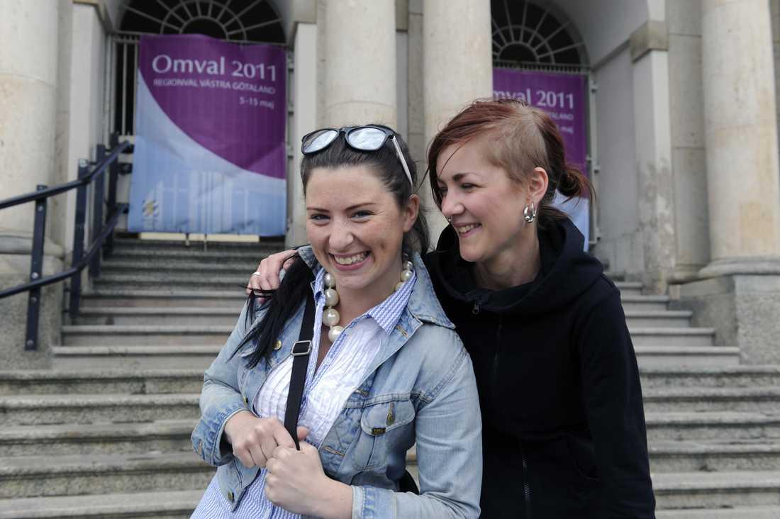 """Josefin Andersson och Rebecka Hutters har hört att man befarar ett lågt valdeltagande men alla deras kompisar ska gå och rösta i dag. """"Vi bestämde oss för att gå och rösta tillsammans när vi var ute på promenad, säger Rebecka""""."""