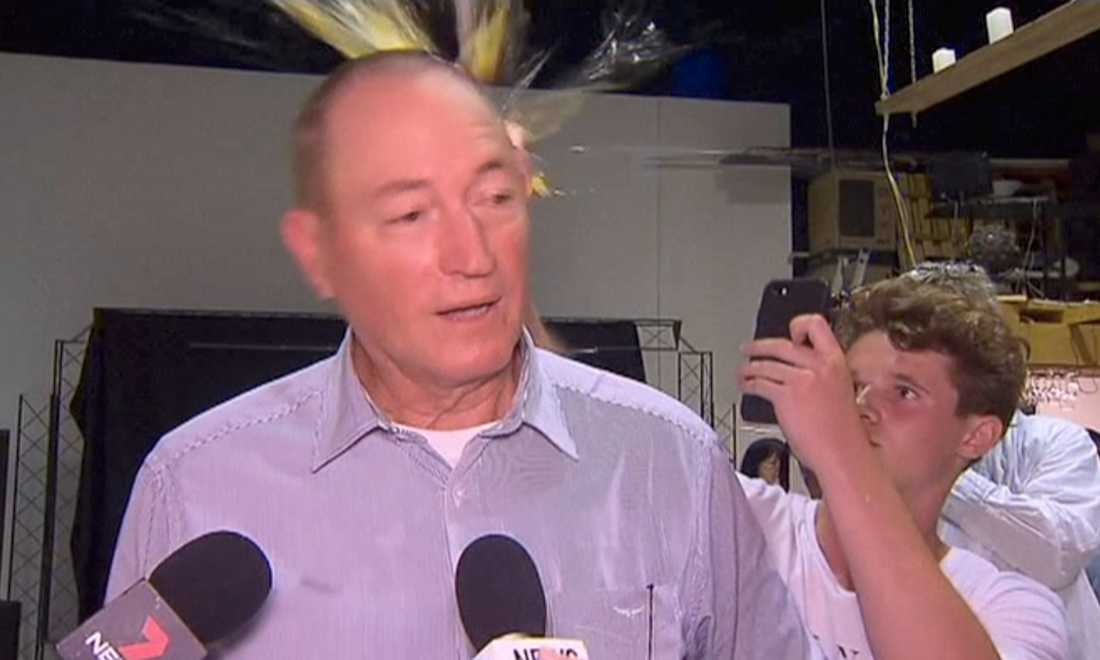 Senatorn Fraser Anning svarade på attacken med två vänsterkrokar.