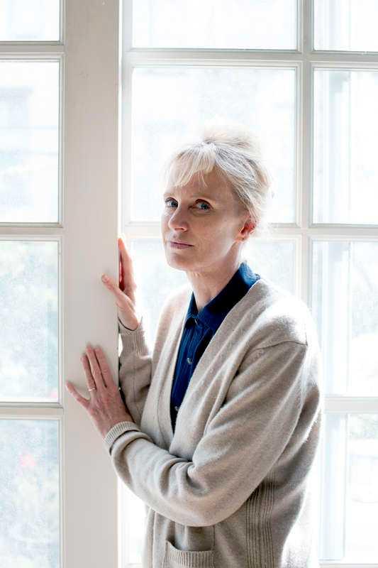 """Siri Hustvedt (född 1955), amerikansk författare med norska rötter, bjuder på ett sensuellt och intellektuellt äventyr i """"Leva, tänka, titta""""."""
